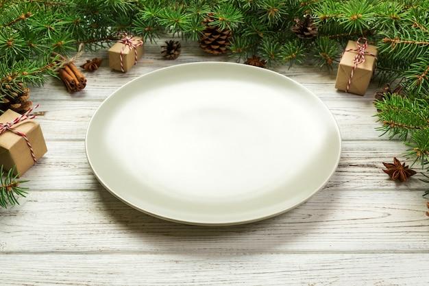Пустая тарелка круглая керамическая на новогоднем фоне Premium Фотографии