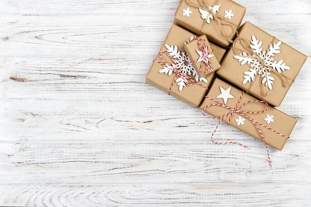ギフト用の箱とクリスマス木製の背景 Premium写真
