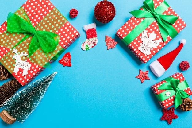 お祝いデコレーションでクリスマスの背景 Premium写真