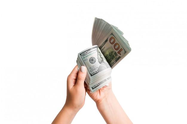 白い背景と分離ドル紙幣を数える女性の手の上から見る Premium写真