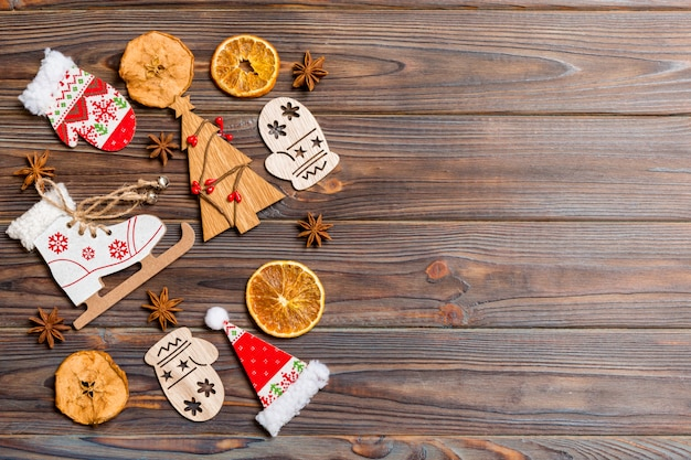 木製の背景にクリスマスの装飾とおもちゃの平面図です。コピースペース。あなたのデザインのための空の場所。新年のコンセプト Premium写真