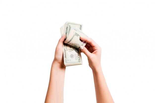 ドル紙幣を数える女性の手の平面図です。投資と繁栄の概念 Premium写真