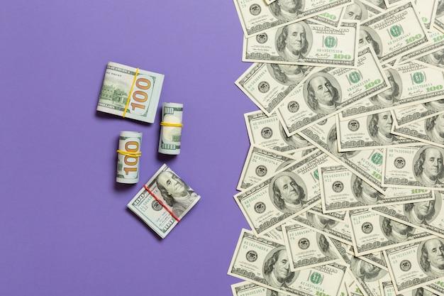 テキストビジネスお金概念のための空の場所で、色付きの背景平面図上のアメリカのお金 Premium写真