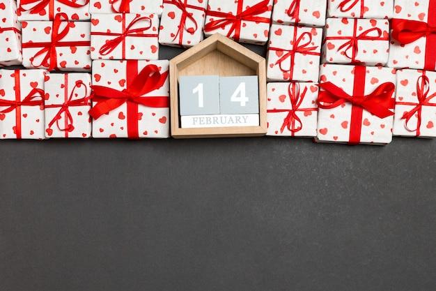 赤いハートと木製カレンダーギフトボックスのトップビュー Premium写真