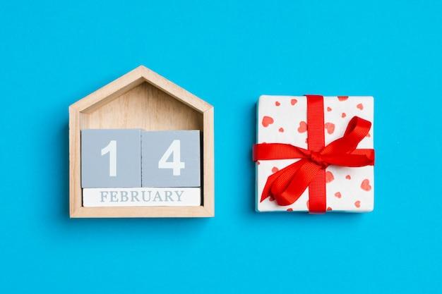 心と青の木製カレンダーギフトボックス Premium写真