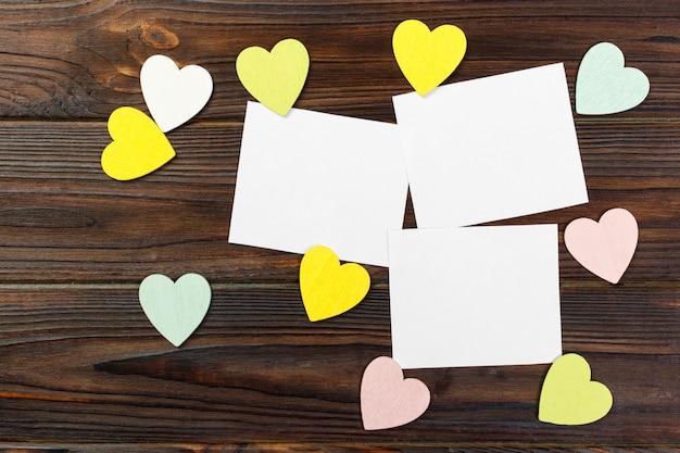 木製の背景にハートとバレンタインデーの背景 Premium写真
