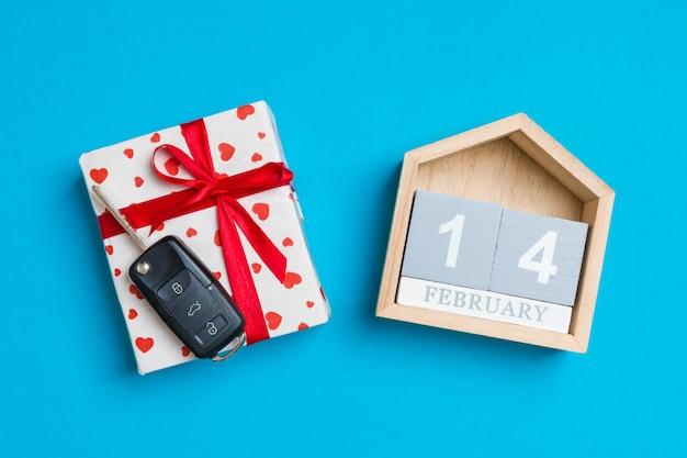 赤いハートとお祝いカレンダーのギフトボックスに車のキー Premium写真
