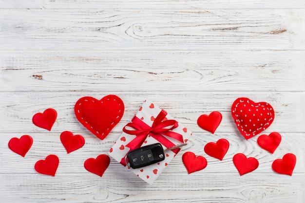 バレンタインギフトボックス、赤いハート、車のキー Premium写真
