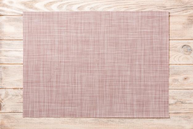 Вид сверху текстильной коричневой циновки на ужин на деревянном фоне с копией пространства Premium Фотографии