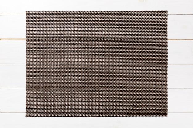 Взгляд сверху коричневой салфетки таблицы на деревянной стене. поместите коврик с пустым пространством для вашего дизайна Premium Фотографии