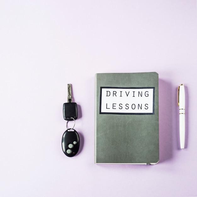 運転免許を取得するためのレッスンを運転し、道路のルールを研究するためのトレーニングノート Premium写真