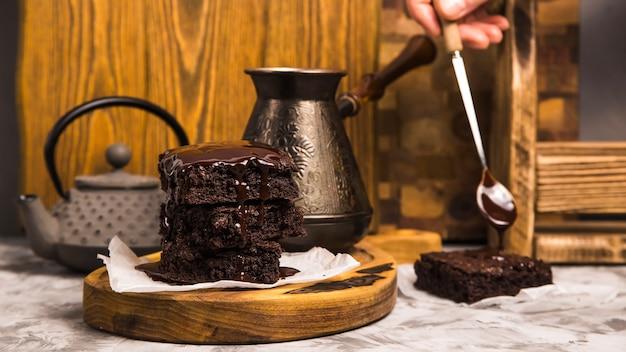 ティーポットとコーヒーのトルコ人の近くのチョコレートのココアブラウニーとデザート Premium写真