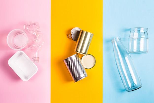 Сортировка бытовых отходов на переработку. концепция сохранения окружающей среды Premium Фотографии
