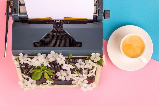 作家、ジャーナリストまたはコピーライターの生活の現代的なスタイルのタイプライター Premium写真