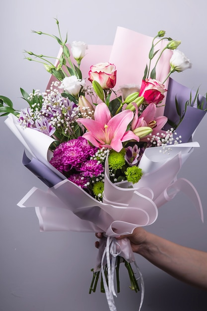 花束を作成する過程での花屋の仕事 Premium写真
