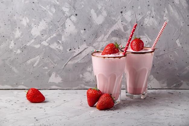Свежий здоровый ягодный смузи как летний освежающий напиток Premium Фотографии