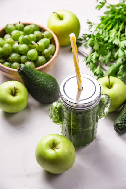 緑の成分の中でサボテンの形をしたガラスの緑のスムージー Premium写真