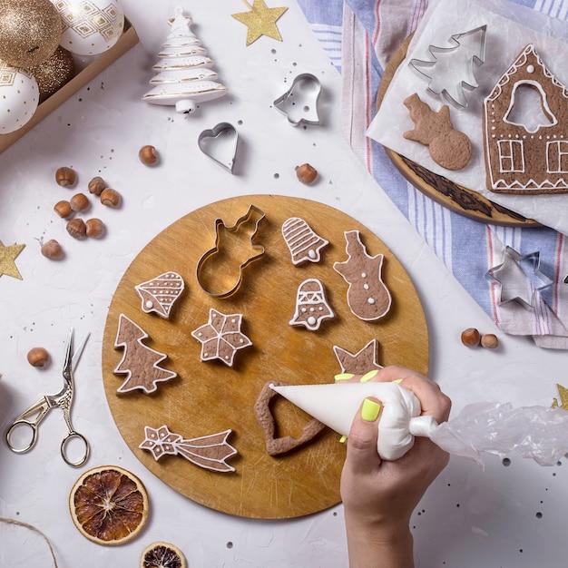 お祝いの装飾の横にある伝統的なクリスマスのジンジャーブレッド Premium写真