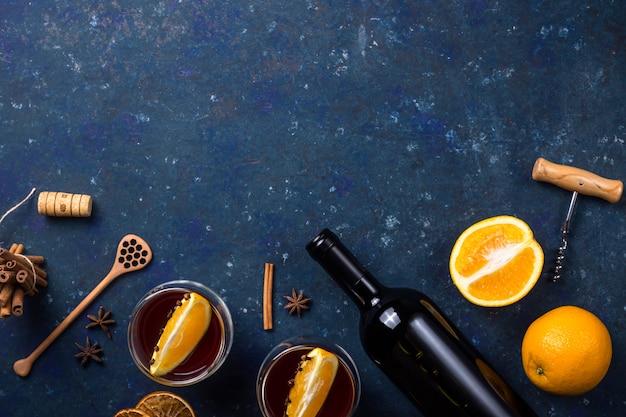 Традиционный зимний и рождественский напиток глинтвейн Premium Фотографии