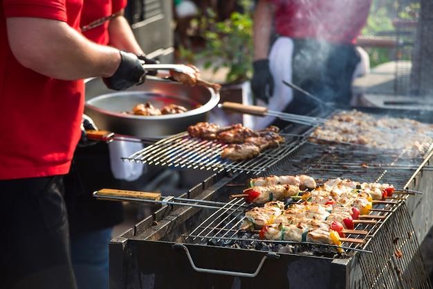 焼き野菜と新鮮なボリュームのあるミントチキン屋台 Premium写真