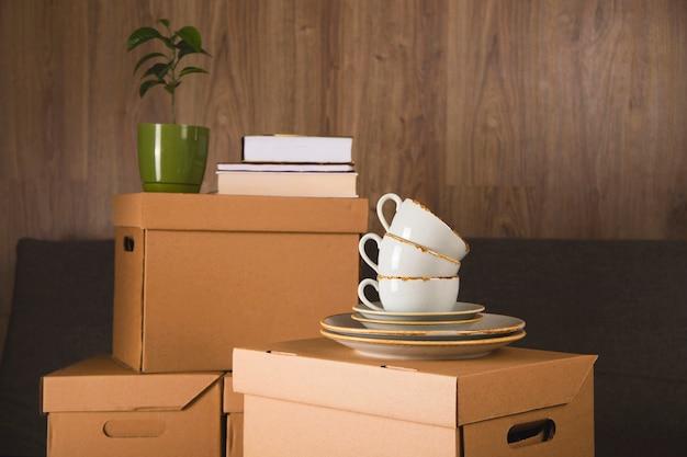 Ремесленные ящики для сбора вещей и переезда в другую квартиру. новая концепция жилья и переселения. Premium Фотографии