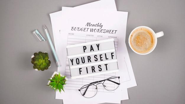 財務計画のコンセプトと個人資金の蓄積。プリントアウトとテーブルを備えたデスクトップ。 Premium写真