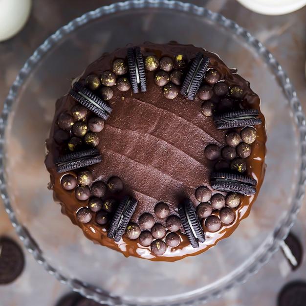Украшение на шоколадном торте из печенья и покрытых золотом шоколадных капель Premium Фотографии