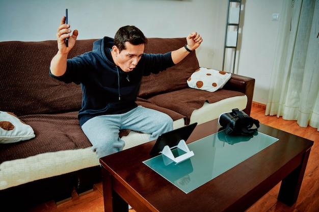 Молодой мальчик выиграл видеоигры на своем планшете Premium Фотографии