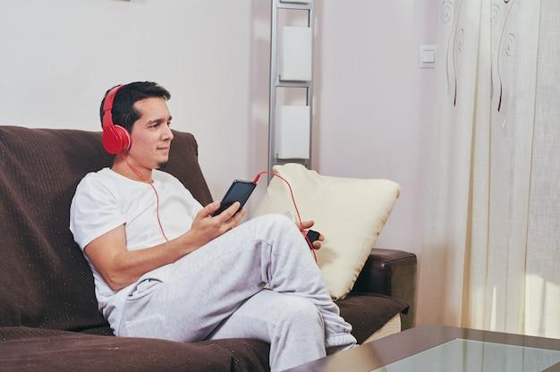 Молодой мальчик любит слушать музыку Premium Фотографии