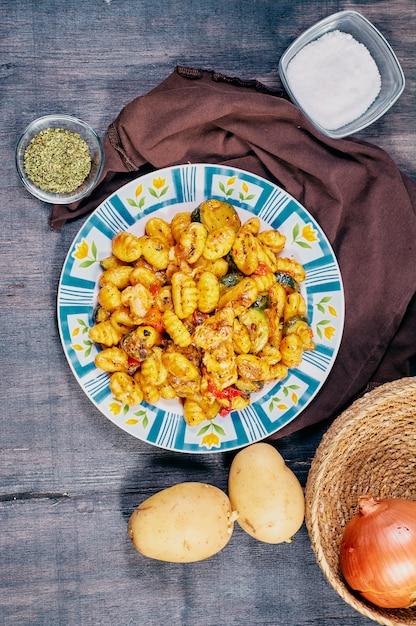 Ньокки с курицей и овощами Premium Фотографии