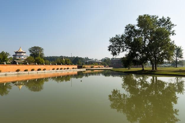 ネパール、ルンビニの湖と寺院 Premium写真