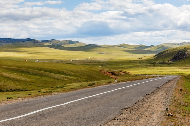 Асфальтовая дорога дархан-улан-батор в монголии Premium Фотографии