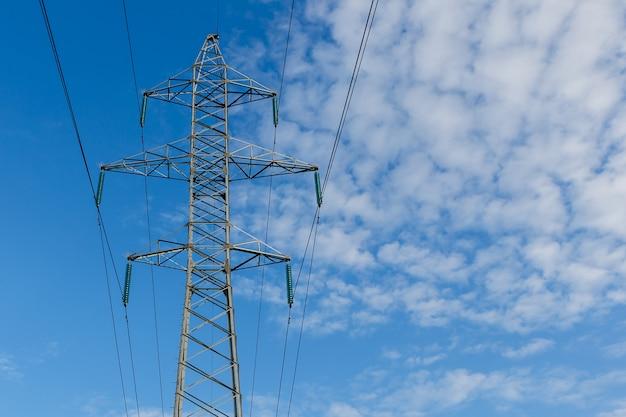 金属棒の高圧送電線 Premium写真