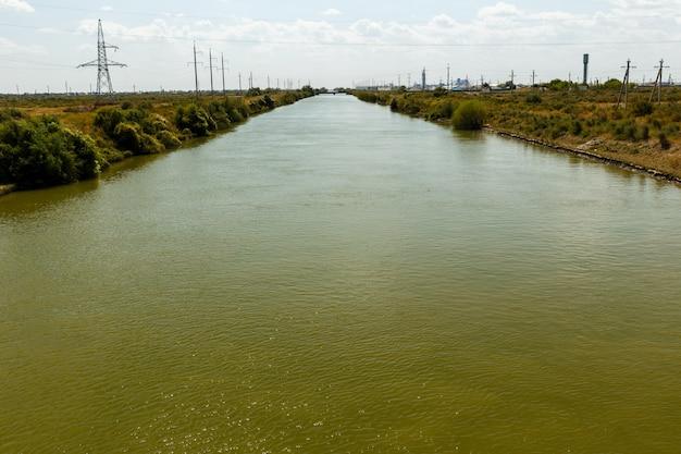 Оросительный канал, водоканал в шиелийском районе, кызылординской области, казахстан Premium Фотографии