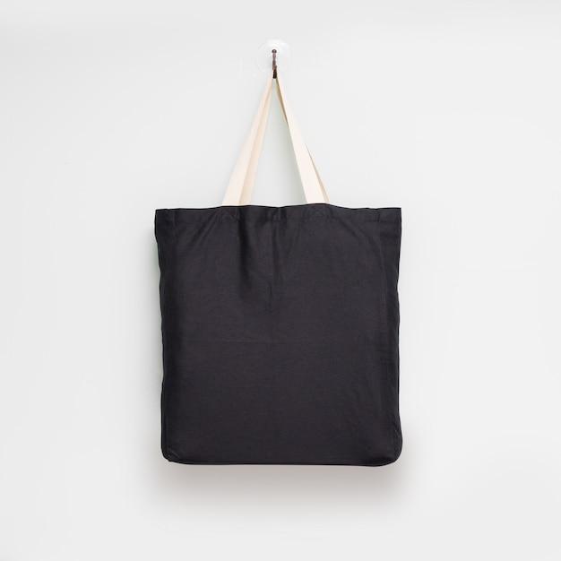 Висячие ткани сумка на белом фоне стены. Premium Фотографии