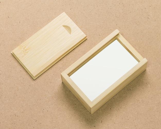 茶色のテクスチャ背景に小さな木箱。 Premium写真