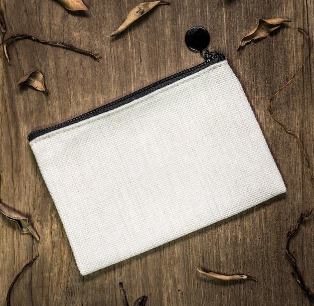 Белая текстильная сумка на деревянных фоне. Premium Фотографии