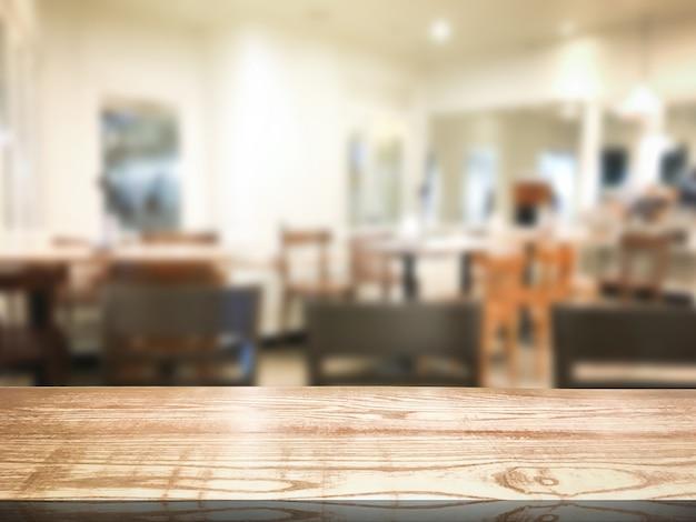 レストランやデザートカフェのインテリア店の背景をぼかし。デザインのための木製の棚。 Premium写真