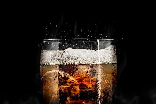 アイススプラッシュとソフトドリンクガラス。夏の飲み物とコーラのガラス。 Premium写真