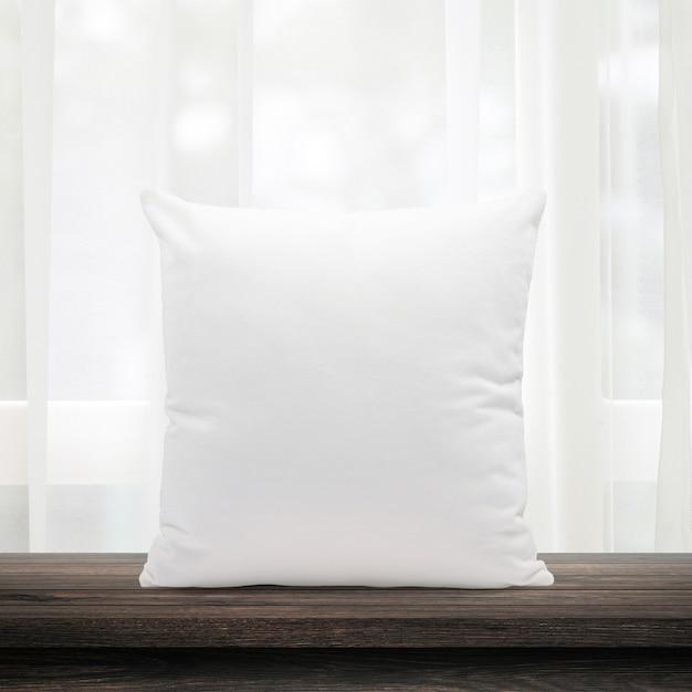 朝の窓とカーテンの柔らかい羽から作られた空の枕 Premium写真