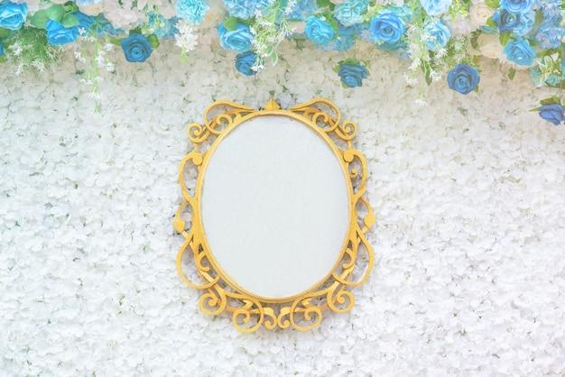結婚式の空白のテクスチャ看板、テキストと花の創造的なレイアウト。 Premium写真
