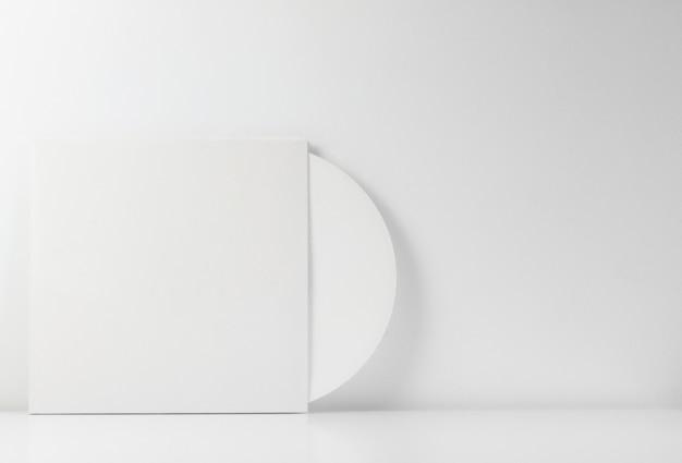 書き込み用の空白スペースが入った白いビニールレコード。 Premium写真