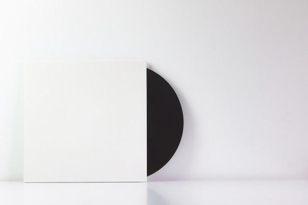 白いボックスに、書き込み用の空白スペースがある黒いビニールレコード Premium写真