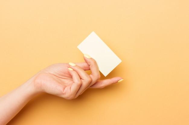 女性開き手左右の空白の白い名刺 Premium写真