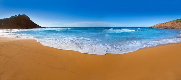 メノルカ島、バレアレス諸島のカラピラールビーチ Premium写真