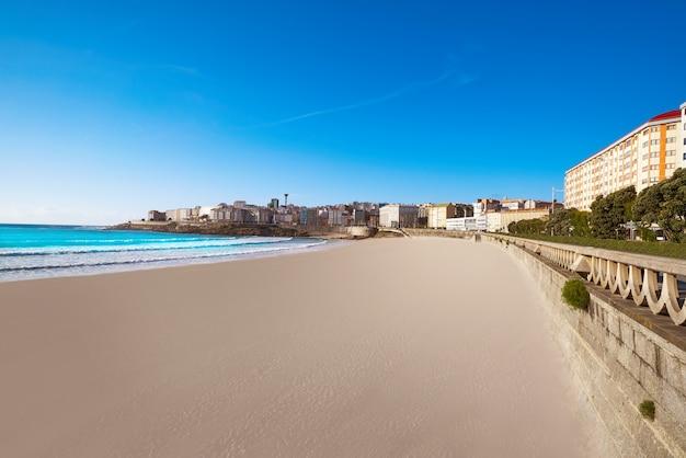 スペイン、ガリシアのラ・コルーニャリアゾルビーチ Premium写真