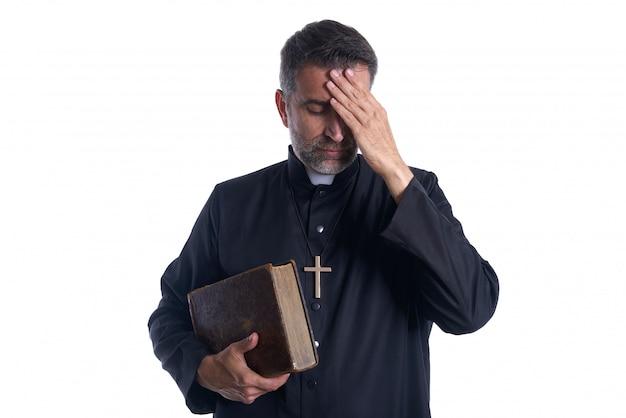 頭の中で司祭の男性の手が心配 Premium写真