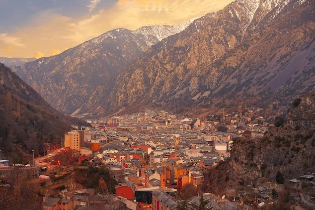Андорра-ла-велья - линия горизонта на закате в пиренеях Premium Фотографии