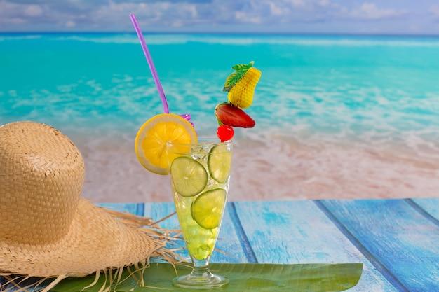 熱帯のビーチでレモンライムカクテルモヒート Premium写真
