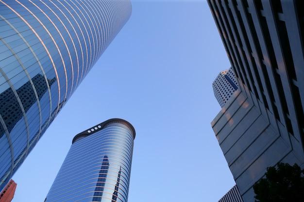 青いミラーガラスのファサードの高層ビル建物 Premium写真